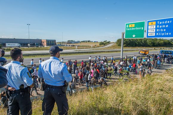 The policemen looked at how mainly in Syria and Iraq come to asylum-seekers were going to walk to from Denmark to Sweden on 9 September.