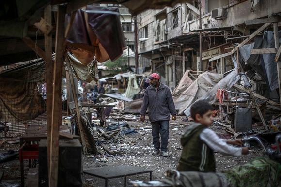 Syyrian hallituksen ilmaiskujen jälkiä Doumassa 30. lokakuuta.
