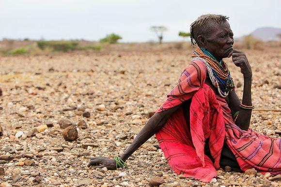 Turkana-heimon nainen katselee kuivaa maisemaa Keniassa.