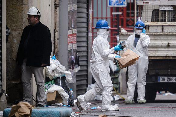 Ranskan poliisin rikospaikkatutkijat työssään Saint-Denis'n kaupunginosassa torstaina.