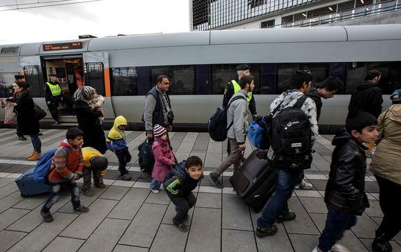 Turvapaikanhakijoita saapuu junalla Tanskasta Ruotsin Malmöhön 12. marraskuuta.