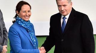 Ranskan ympäristö- ja energiaministeri Ségolène Royal toivottaa presidentti Sauli Niinistön tervetulleeksi Pariisin ilmastokokoukseen.