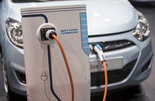 Sähköauto latauksessa automessuilla Pariisissa.