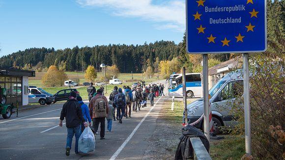 Pakolaiset kävelevät Itävallasta Saksaan.