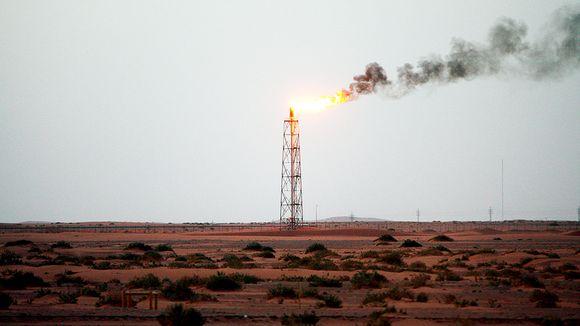 Öljy-yhtiö Aramcon öljykenttä Saudi-Arabian aavikolla.