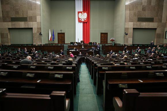 Puolan parlamentti väitteli uudesta medialaista keskiviikkona 30. päivä.