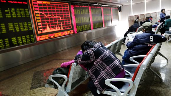Osakesijoittajia seuraamassa pörssikursseja.