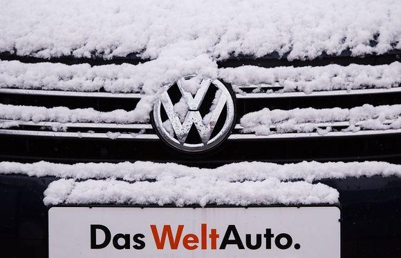 """Volkwagenin keula lumen peitossa. Rekisterikilvessä lukee saksaksi """"maailmanauto""""."""