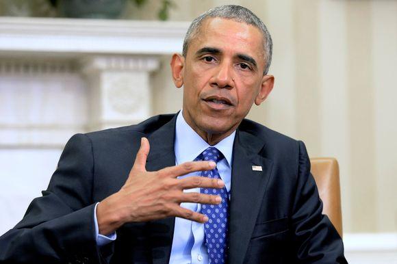 Barack Obama puhuu asekontrollin kiristämisestä. Hänellä on tumma puku, sininen kravatti. Obaman ilme on vakava, hän korostaa sanojaan oikealla kädellään.