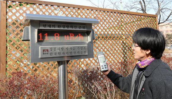 Etelä-Korean ydinturvallisuusinstituutin työntekijä mittasi radioaktiivisten aineiden pitoisuutta ilmasta Gangneungissa, Etelä-Koreassa 6. tammikuuta.