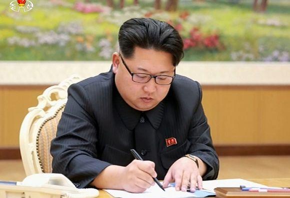 Pohjois-Korean valtiollinen televisiokanava KRT julkaisi keskiviikkona 6. tammikuuta kuvia Kim Jong-unista allekirjoittamassa käskyä ydinkokeen toimeenpanosta.