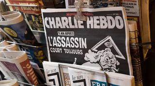 Charlie Hebdo-lehden erikoisnumero tuli keskiviikkona myyntiin mm. ranskalaisissa lehtikioskeissa. Kuvassa lehti pyykkipojalla kiinnitettynä lehtikioskin myyntipisteessä.