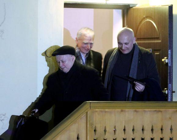 Kaczyński, Naimski ja Brudziński laskeutuvat ulkoportaita.