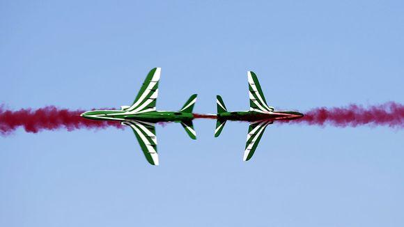 kaksi lentokonetta lentonäytöksessä