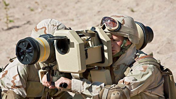Kaksi sotilasta käyttää panssarintorjuntaohjusjärjestelmää