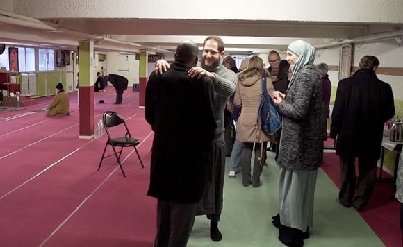 Iloisia ihmisiä moskeijassa.