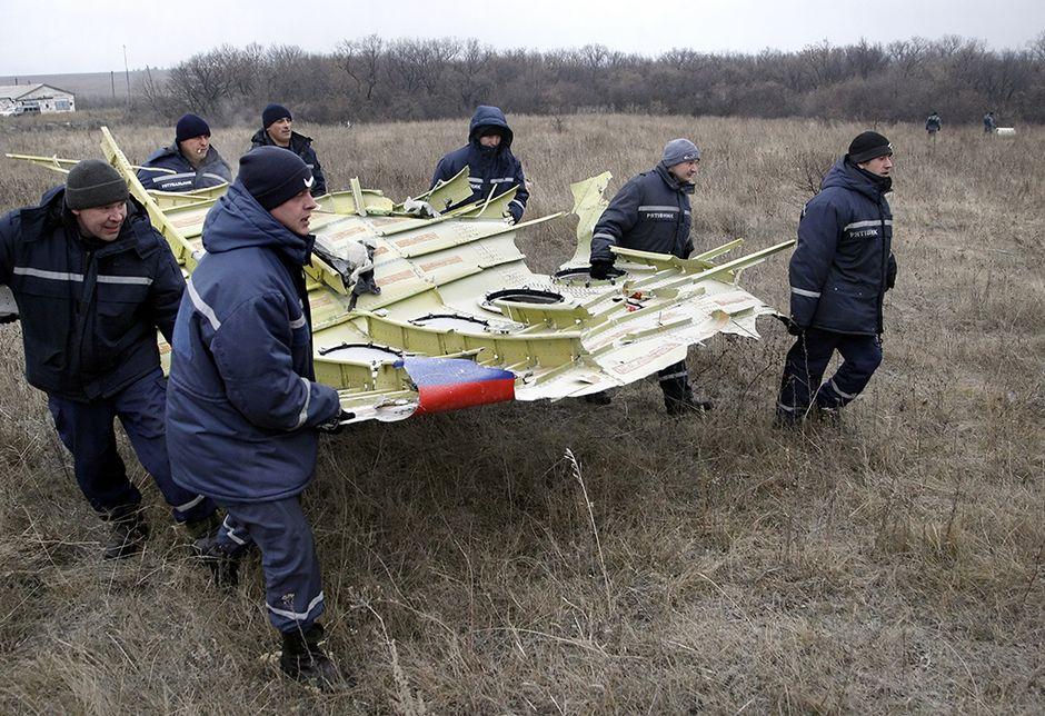 Pelastushenkilöstö kantoi MH17-koneen osia Grabovon kylän lähellä Ukrainassa 18. marraskuuta 2014.