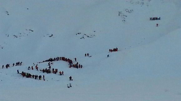 Pelastustyöntekijöitä lumivyöryn jälkeen Deux-Alpesin hiihtokeskuksessa.
