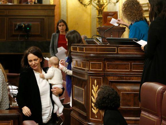 Podemosin parlamenttiedustaja Carolina Bescansa toi vauvansa Espanjan uuden parlamentin istuntoon keskiviikkona 13. tammikuuta 2016.