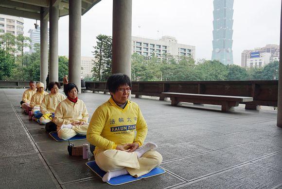 Falun Gongia Sun Yatsenin muistomerkillä Taipeissa