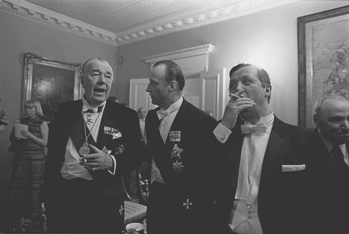 Suomen itsenäisyyden 60-vuotisjuhlat. Tasavallan presidentin itsenäisyyspäivän vastaanotto Presidentinlinnassa 1977. Ruotsin prinssi Bertil, Norjan kruununprinssi Harald ja pääministeri Kalevi Sorsa keskustelevat.