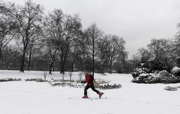 Mies hiihti st. Jamesin puiston läpi Lontoossa vuonna 2012.