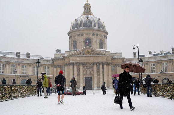 Pariisin Akatemia lumen peitossa tammikuussa 2013.