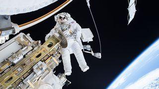 Timothy Kopra avaruuskävelyllä joulukuussa.