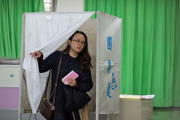 Nuori nainen astuu ulos äänestyskopista.
