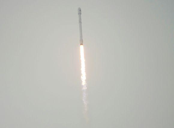 NASAn välittämä valokuva Space-X Falcon 9 -kantoraketista. Kuva on otettu Kaliforniassa 17. joulukuuta.