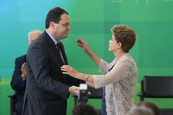 Presidentti Dilma Rousseff tervehtii Brasilian uutta valtiovarainministeriä Nelson Barbosaa 21. joulukuuta 2015.