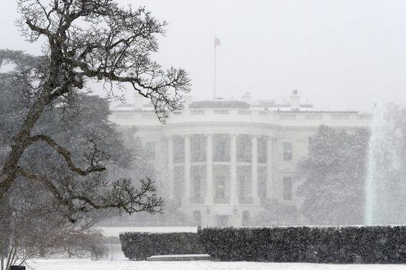 Valkoinen talo lumimyrskyssä 21. tammikuuta 2014.