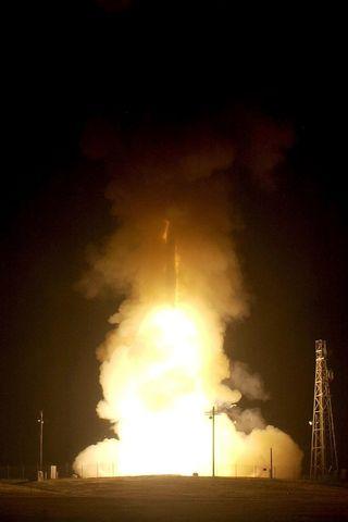Aseistamaton Minuteman III -ohjus laukaistaan.