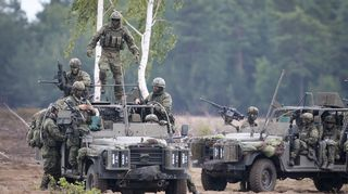 Sotilaita ajoneuvoissaan