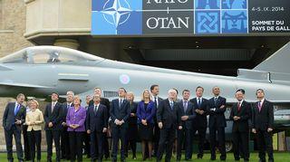 Nato-johtajat hävittäjä takanaan