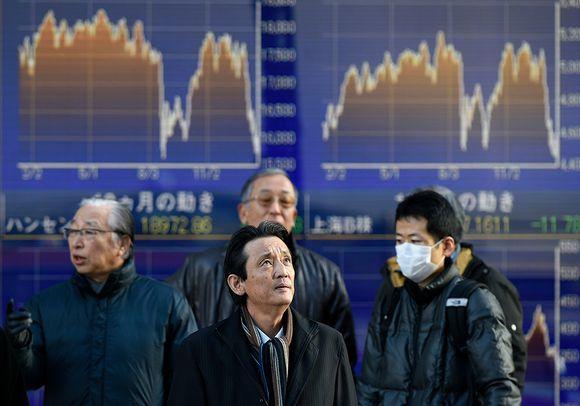 Japanilaiset seurasivat pörssikäyriä Tokiossa Japanissa 26. tammikuuta 2016.