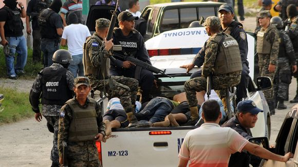 poliiseja ja pidätettyjä auton lavalla