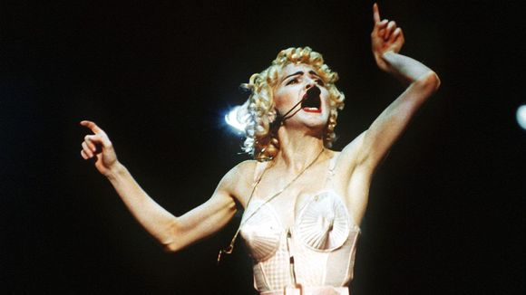Madonna esiintyy Jean-Paul Gaultierin suunnittelemassa asussa Blonde Ambition -maailmankiertueellaan.