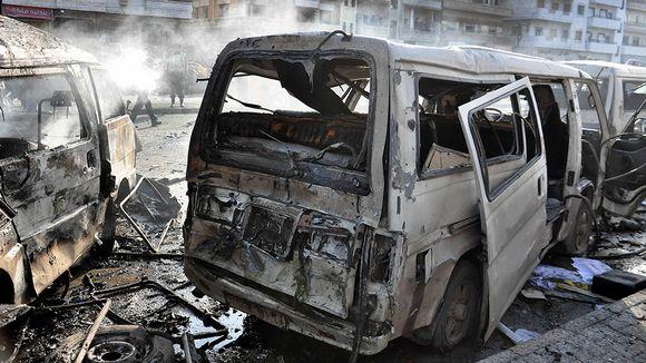 Räjähdyksessä palaneita autoja.