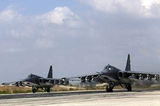 Venäläisiä Su-25 rynnäkkökoneita lähdössä pommituslennolle Hmeiminin tukikohdasta Syyriassa.