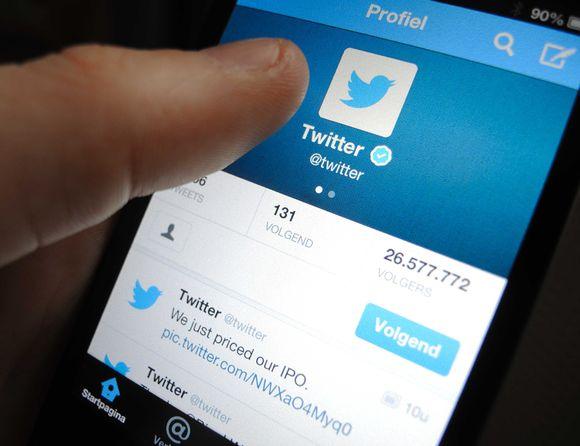 Älypuhelimen näyttö jossa Twitter auki.