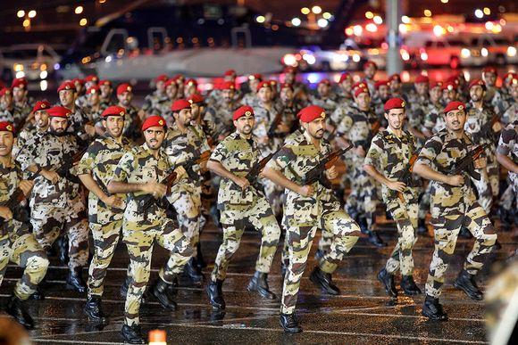 Saudiarabialaiset sotilaat marssivat armeijan paraatissa 9. lokakuuta 2013.