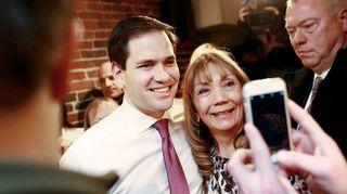 Floridan senaattori Marco Rubio poseerasi kannattajansa kanssa kampanjatilaisuudessa Concordissa New Hampshiressa.