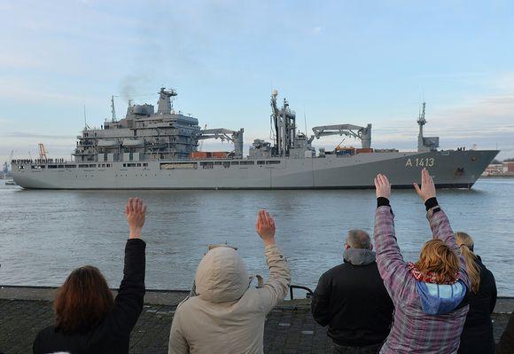 Sukulaiset heiluttavat saksalaiselle sota-alukselle joka lähtee Wilhelmshavenin satamasta.