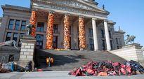 Video: Kiinalainen taiteilija Ai Weiwei verhoili Berliinin konserttitalon pakolaisten pelastusliiveillä.