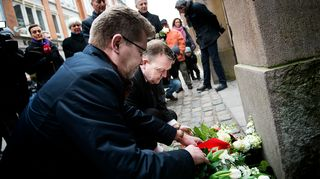 Tanskan pääministeri Lars Løkke Rasmussen (oik.) ja Kööpenhaminan pormestari Frank Jensen (vas.) laskivat kukkia pääsynagogan edustalla sunnuntaina 14. helmikuuta.