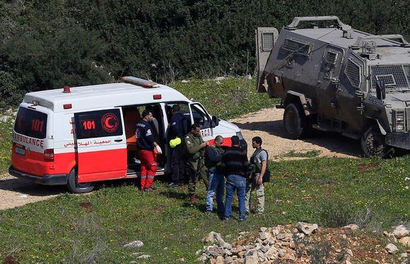 Palestiinalaiset lääkintämiehet hakivat kahden ammutun palestiinalaisnuoren ruumiit Länsirannalla lähellä Jeninin kaupunkia sunnuntaina.