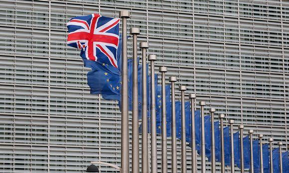 Iso-Britannian lippu jonka takana pitkä rivi Eu-lippuja Brysselissä.