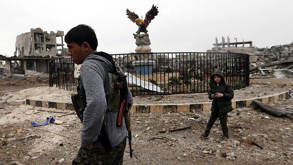 Syyrian pohjoisosan kurdi partioi Kobanessa.