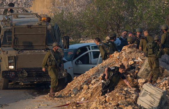 Israelin armeijan sotilaat tutkivat palestiinalaista autoa. Sotilaat ampuivat kuljettajan, joka armeijan mukaan yritti ajaa sotilaiden päälle.